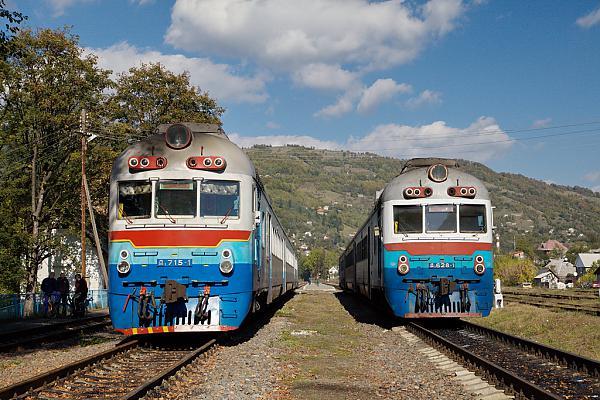 Дизель-поезда Д1 715 и 628 на станции Рахов